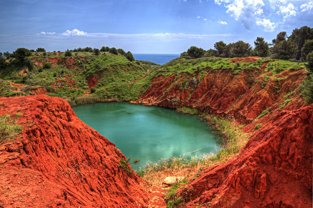 Il lago rosso vicino otranto scopri le cave di bauxite for La casa nel laghetto