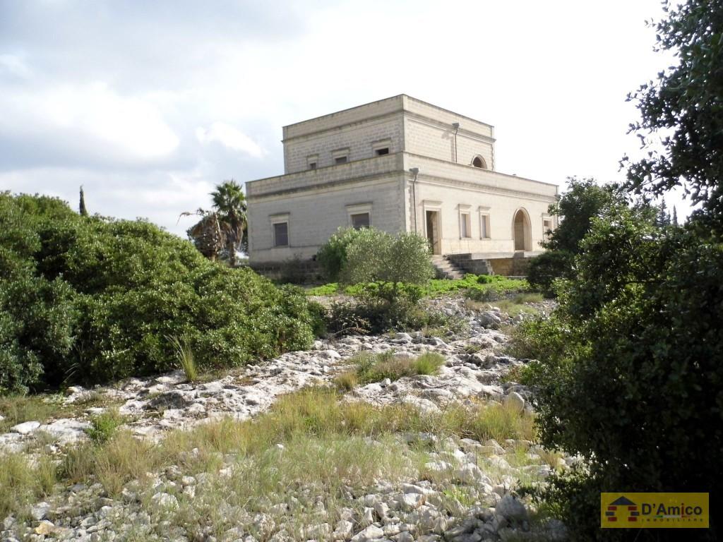 Prestigiosa villa in collina panoramica vista mare ruffano for Ville in collina