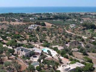 Villa in stile mediterraneo con vista sul mare, in vendita a Pescoluse