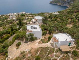 Vendesi 2 ville fronte mare a Marina Serra, con giardino intorno
