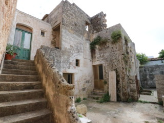 Ancient house with garden in the historic center, with renovation project