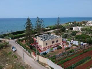 Villa fronte mare mare, di mq 240 coperti e giardino mq 1000