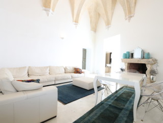 Palazzo del 1500, in the historic center, facing the sea, with fine furnishings