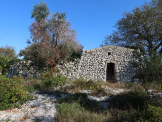Land with Rural Building, buildable small Villa 1 km from the sea