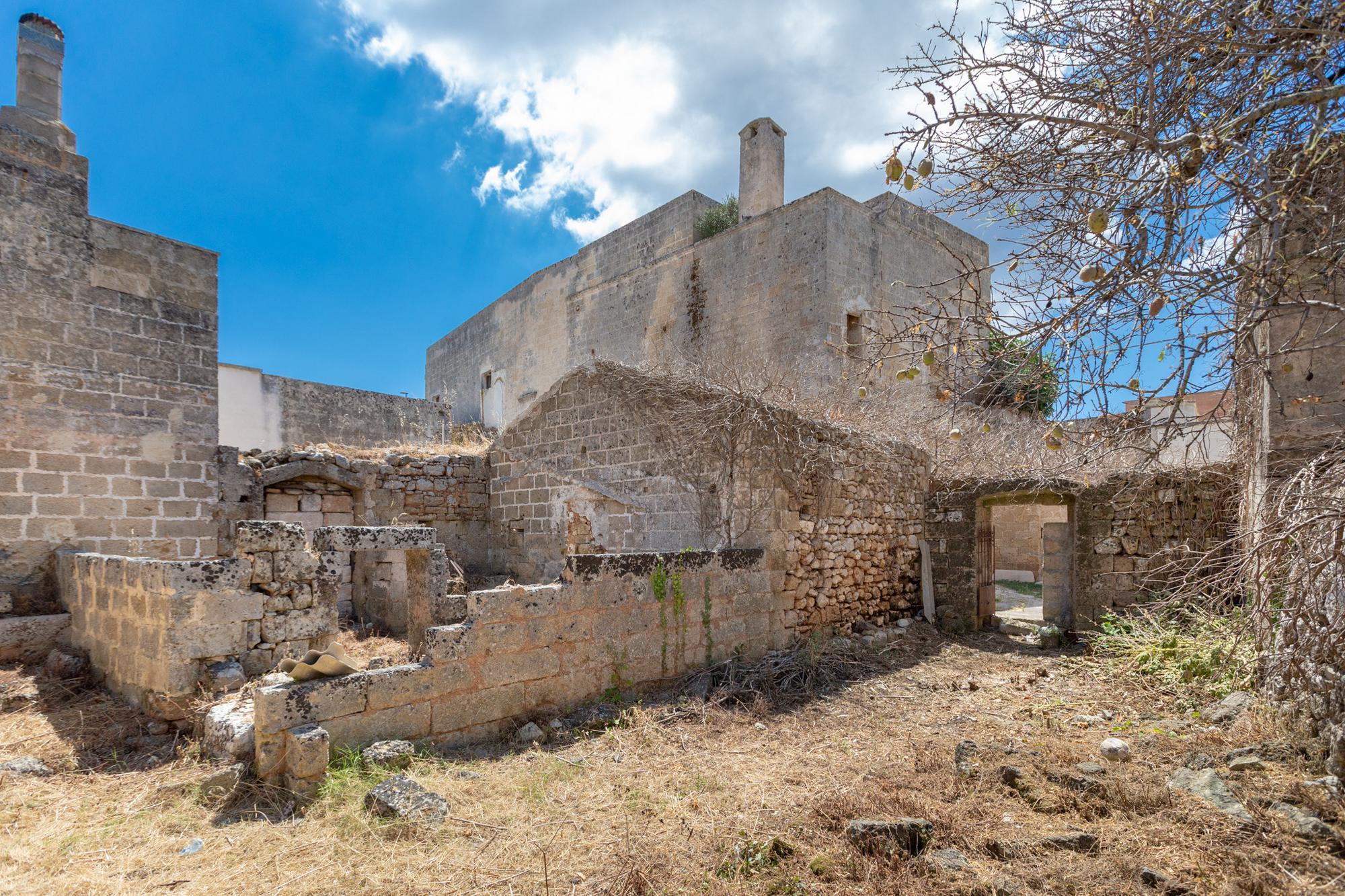 Antico fabbricato in centro storico, da ristrutturare, con 2 giardini  - Castrignano del Capo