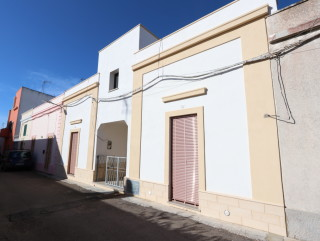 Ancient house in the center of Salve, with rear garden, 4 km from the beach